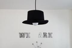 Suspension chapeau / lettres cloutées